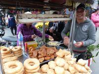 """Frittierte Bananen und """"Donuts"""" auf dem Markt von Hoi An"""