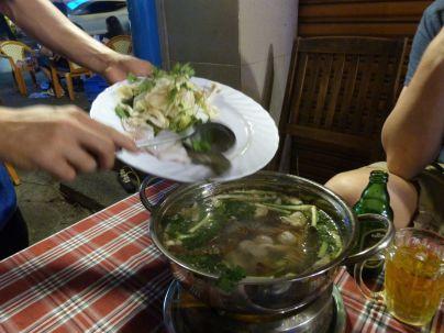 Die Meeresfrüchte kommen in den Hot Pot in einem weniger angesagten Lokal in Ho Chi Minh City