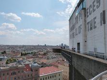Andere Seite der Plattform, Blick auf die Donaustadt und zweitem Teil des Kunstwerks von Lawrence Weiner