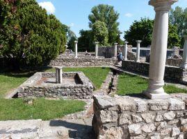 Peristyl einer Stadtvilla mit suggestiven Betonsäulen