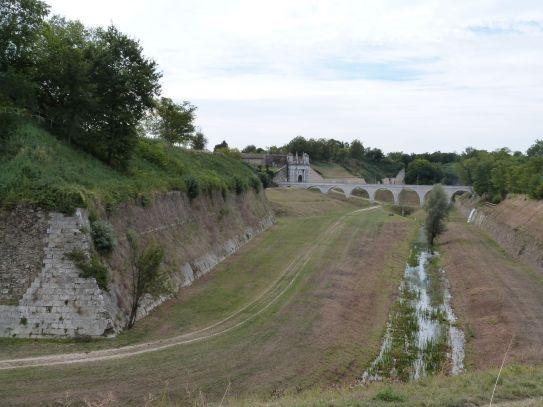 Graben, Aquädukt und Stadttor