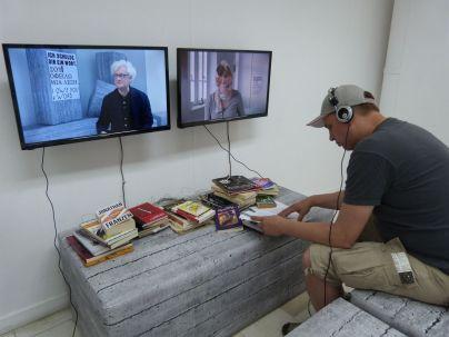 """Für die Installation """"I Owe You a Word"""" von Dimitris Athridis und Theo Prodromidis in einem zu einem Ausstellungsraum umgebauten Gebäude der Militärjunta mußte man sich etwas Zeit nehmen: Künstler und andere Teilnehmer an der documenta sollten dem """"Parlament of Bodies"""" ein Buch spenden und kommentieren ihre Wahl"""